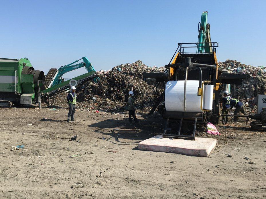雲林縣全縣暫置垃圾6.7萬多噸,其中西螺鎮衛生掩埋場就有將近2萬噸,縣政府爭取預算補助,今天開始進行西螺暫置垃圾打包,預計半年內打包2萬噸垃圾。記者陳雅玲/攝影