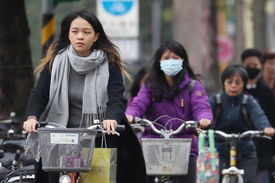 愈晚會愈冷,中央氣象局說,今天受到大陸冷氣團南下影響,各地逐漸轉冷,北台灣入夜後有機會出現攝氏12至13度以下的低溫,新北府呼籲注意保暖。圖/聯合報系資料照