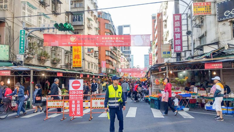 去年榮濱年貨大街活動照。圖/警方提供