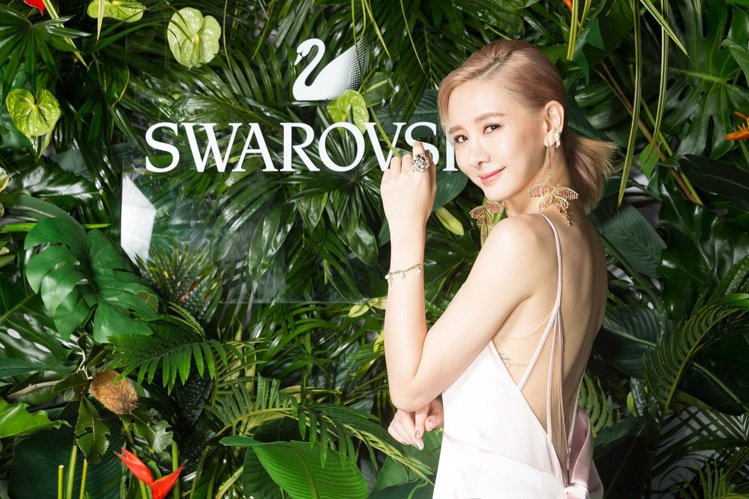 安心亞除了穿戴全身大量Swarovski閃亮飾品,更大露美背、散發性感魅力。圖╱...