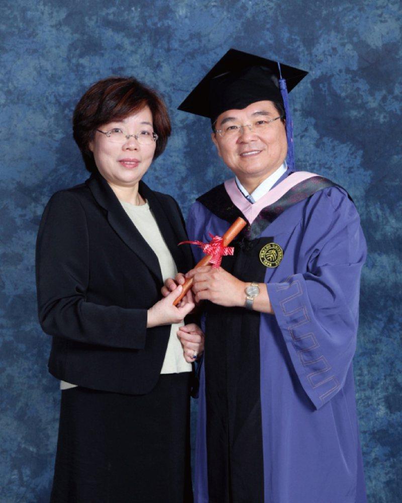 富士達保經董事長廖學茂(右)與夫人合影。富士達保經/提供