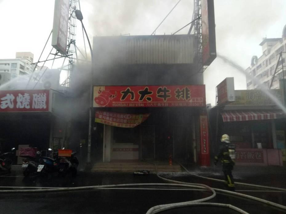 高雄楠梓一家餐廳火警,造成下風處區域品質惡化。記者徐如宜/翻攝