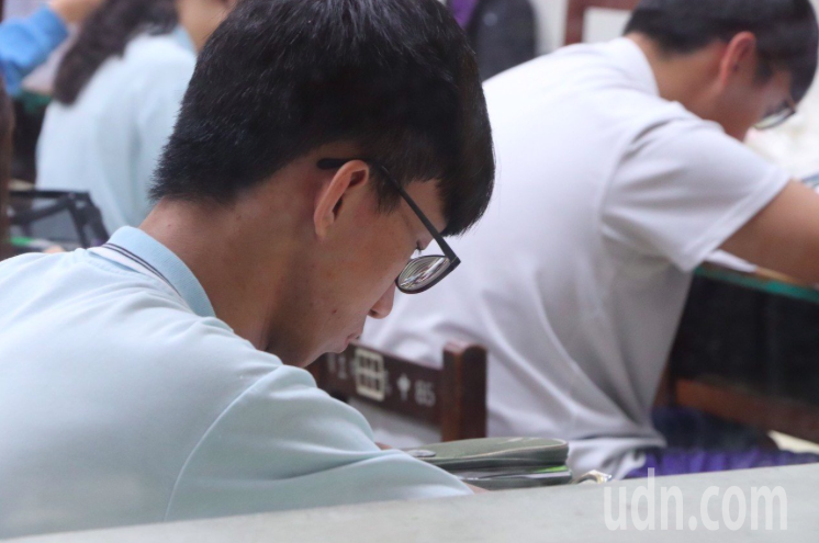 109學年度大學學科能力測驗今日登場,首日考試,桃園出現6起「手機未完全關機」的重大違規,考生遭扣3級分。記者陳夢茹/攝影