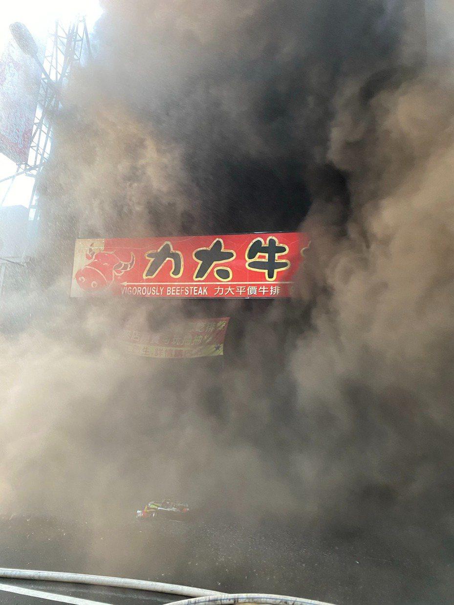 高雄市楠梓德賢路上一家平價牛排館驚傳火警,幸好火勢很快就被撲滅,無人受傷。記者賴郁薇/翻攝