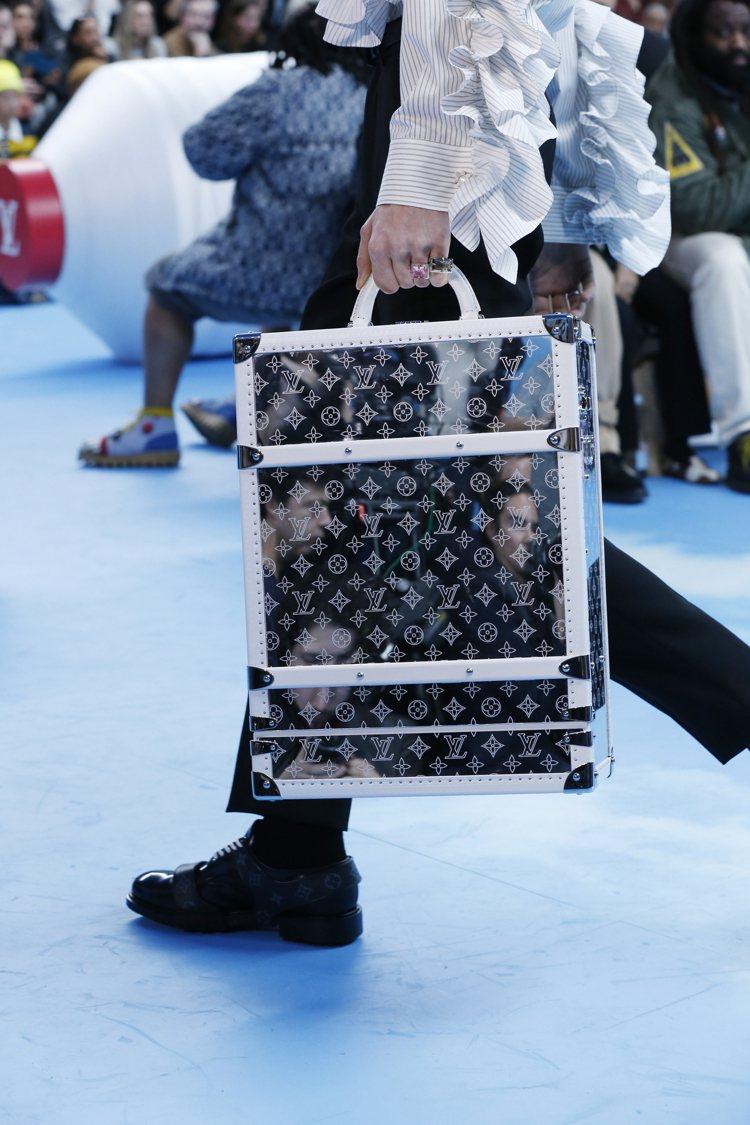各式各樣的箱型包款,以鏡面帶來未來感。圖/LV提供