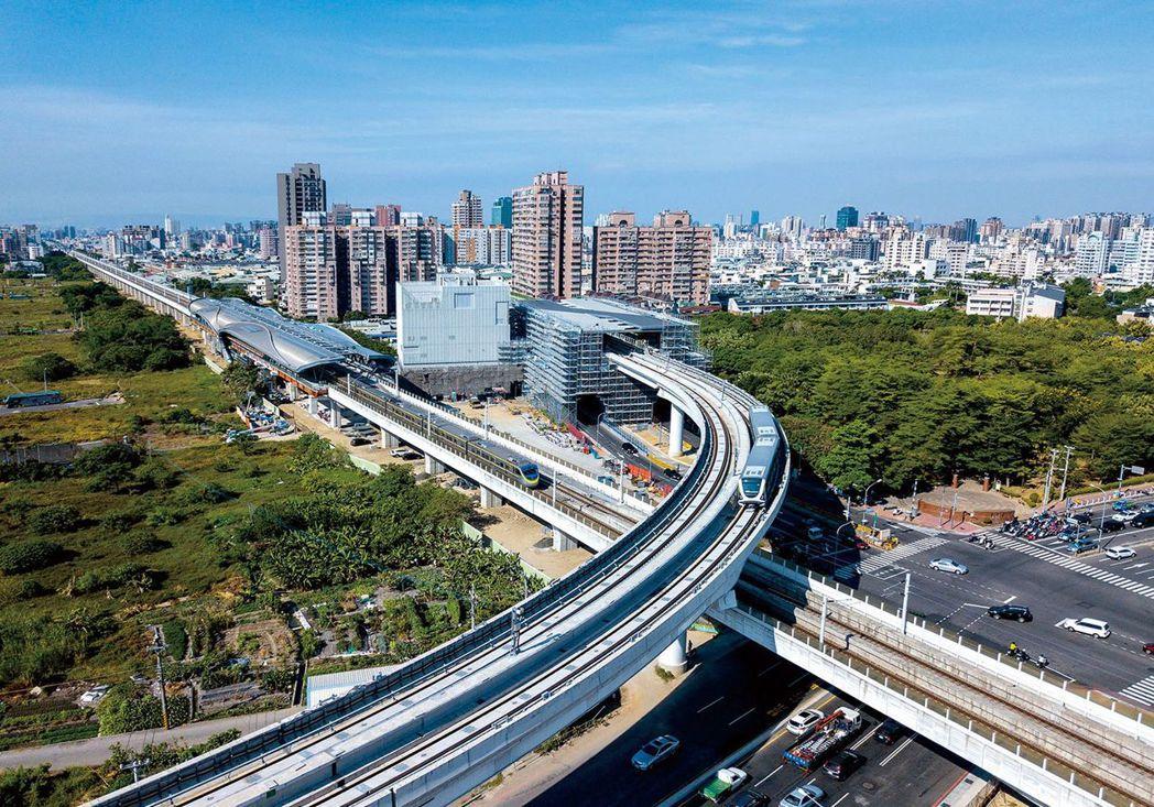 台中捷運綠線預計今年底通車,帶動台中市房地產發展,圖為台中捷運與台鐵共構的松竹站...