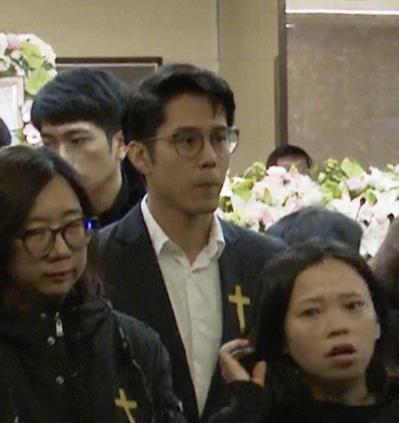 胡宇威出席李宣榕父親的告別式表達致意。記者張哲祥/攝影
