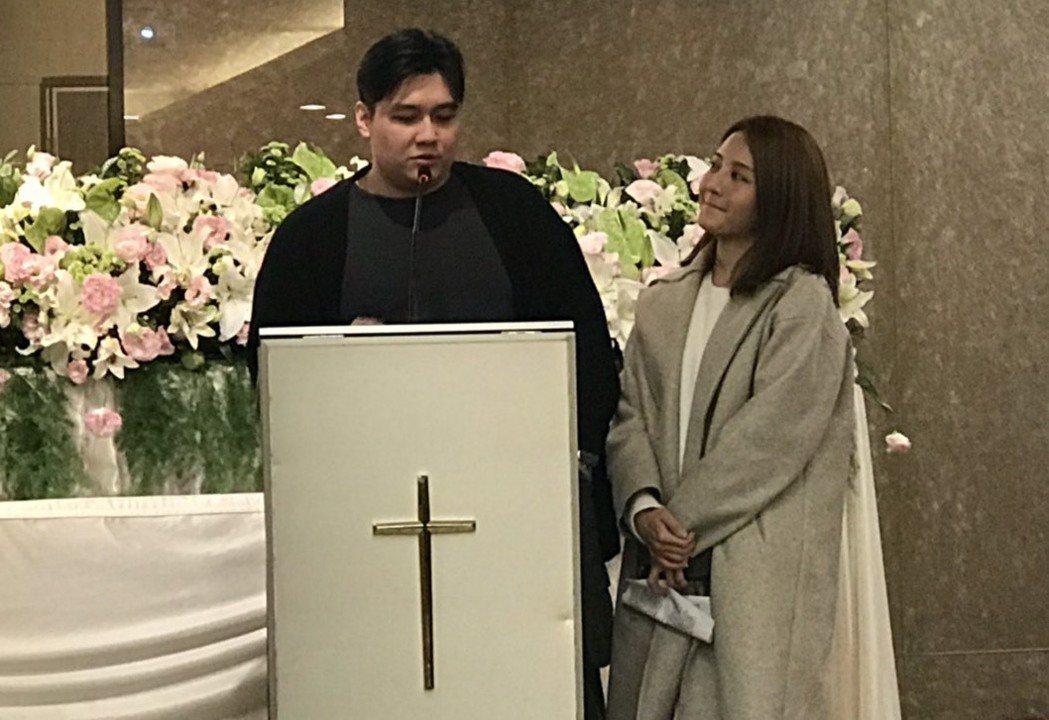 李宣榕(右)與弟弟今為父親舉辦告別式。記者王郁惠/攝影