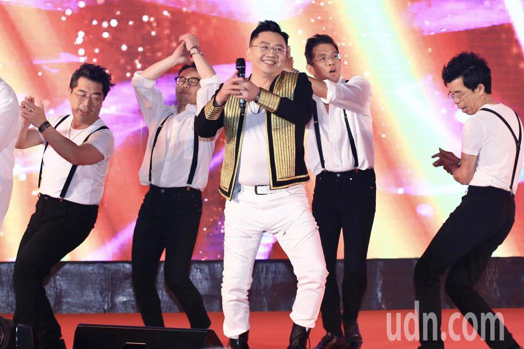 和泰汽車晚上在台北文華東方酒店舉行年終尾牙,總經理蘇純興(中)率領一級主管變裝化...