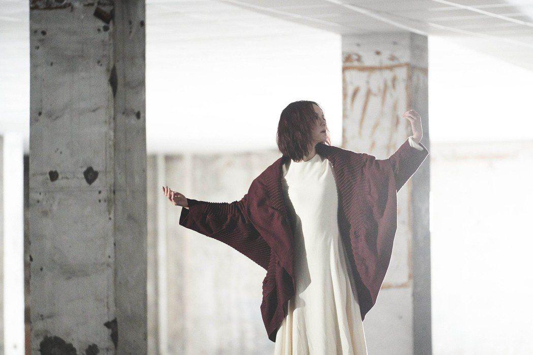 楊乃文在新歌 「Body Sing」MV化身超模,宛如身處巴黎時裝周。圖/亞神音
