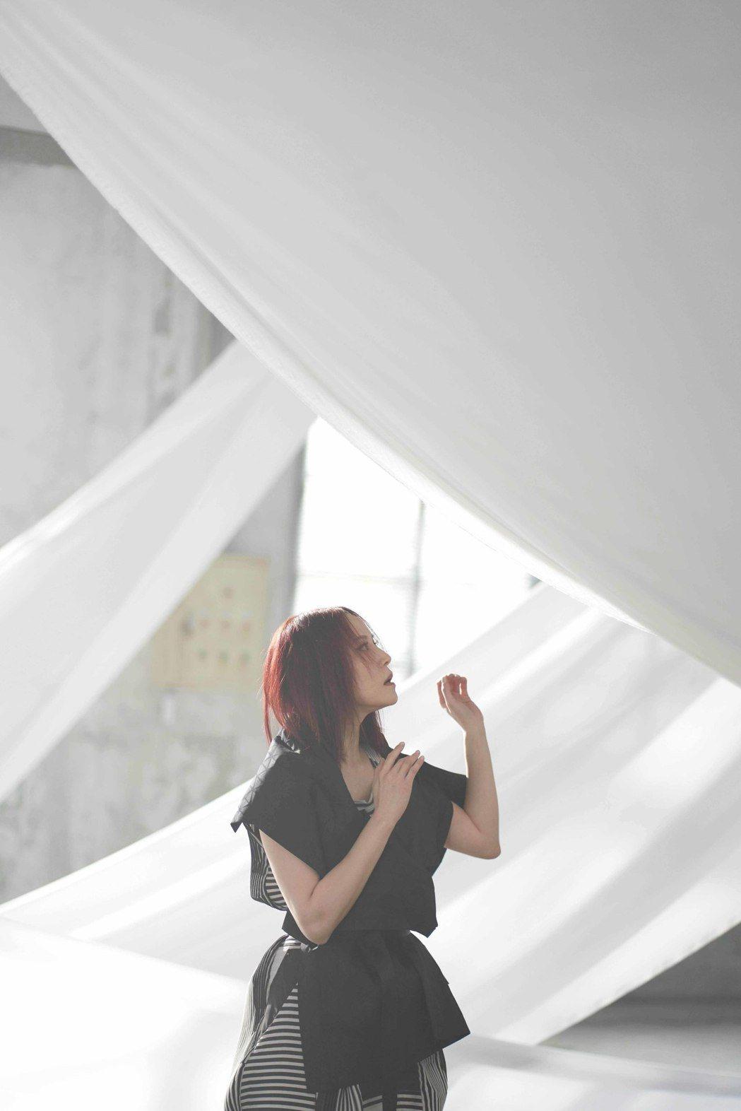 楊乃文在新歌 「Body Sing」MV化身超模,宛如身處巴黎時裝周。圖/亞神音...