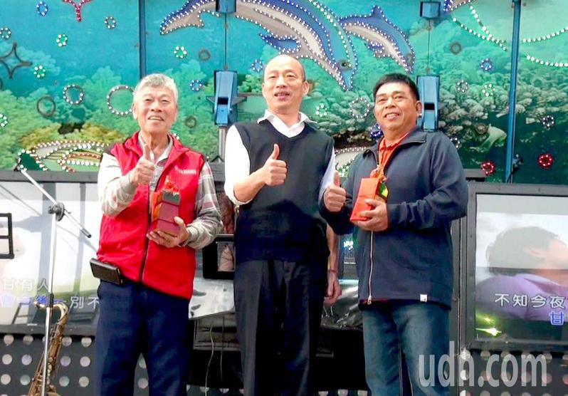 高雄市長韓國瑜(中)參加六龜農民節大會,與得獎農友合影。記者王昭月/攝影