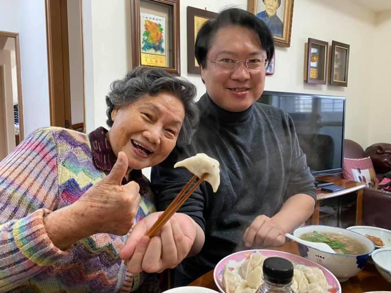 林右昌再忙每年都來李媽媽家圍爐吃水餃,背後藏洋葱。圖/取自林右昌臉書