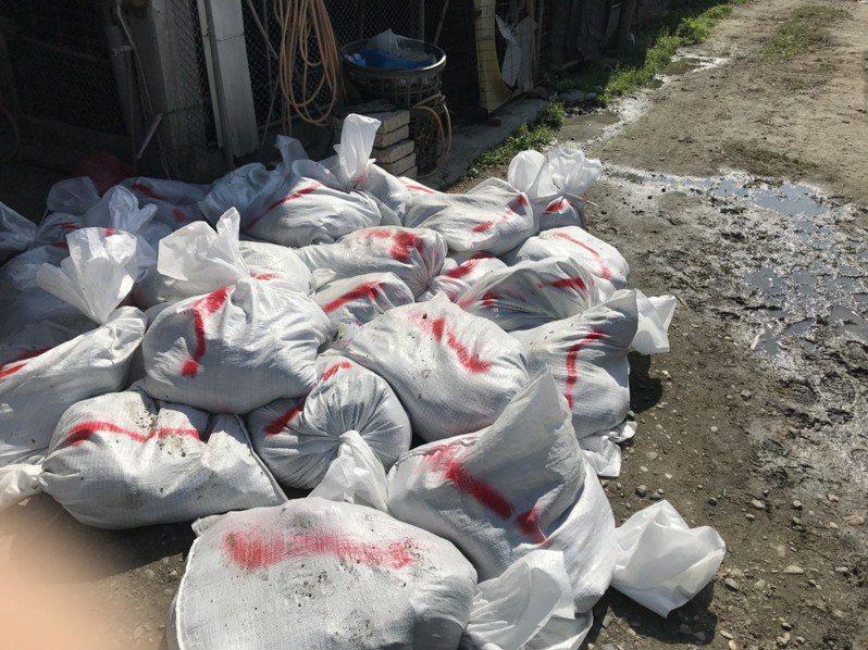 彰化縣竹塘鄉1土雞場確診為H5N2亞型高病原性禽流感, 今天進行全場撲殺清場及消毒工作,共撲殺2萬1378隻土雞。圖/彰化縣府提供