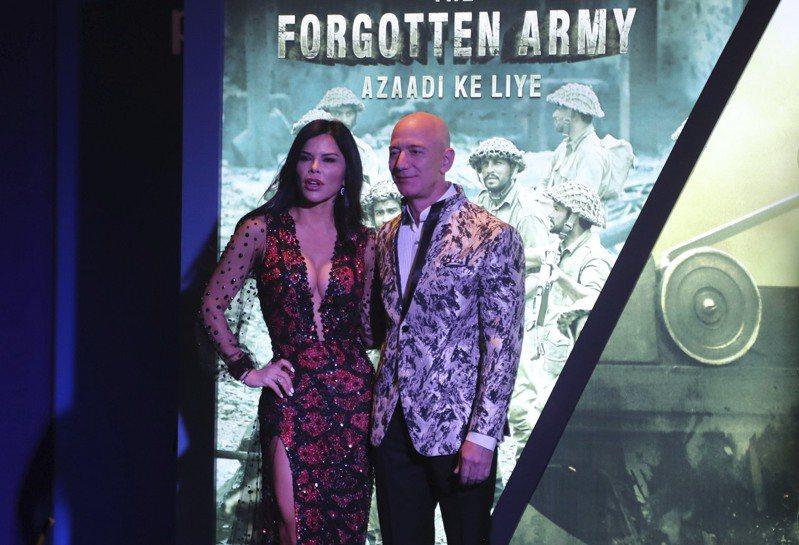 貝佐斯與女友羅倫桑切斯16日連袂出席在孟買的電影特映會。美聯社