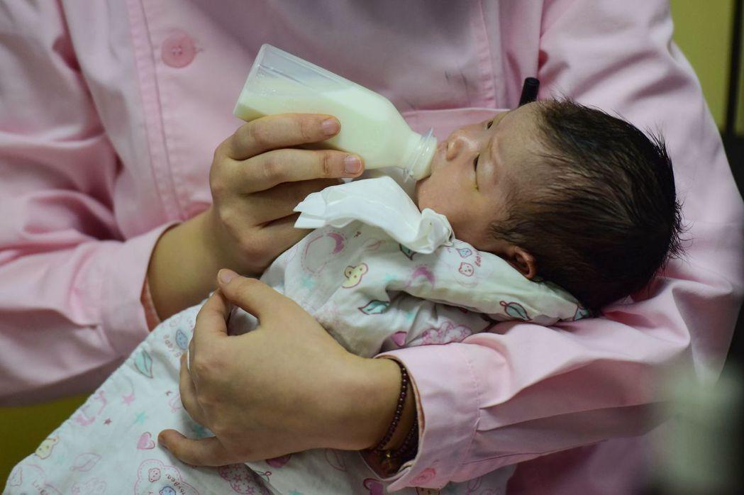 中國大陸去年出生率降到建國70年以來新低,專家指出,大多數人無法負擔孩子的扶養費...