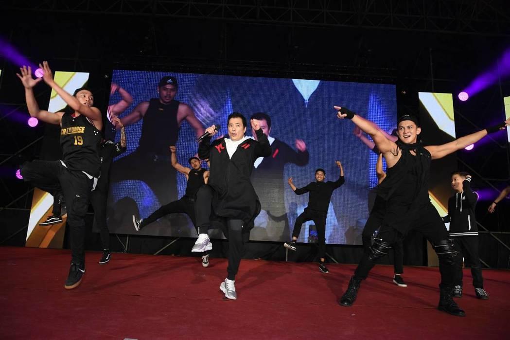 三立總經理張榮華在尾牙首跳熱舞。圖/三立提供