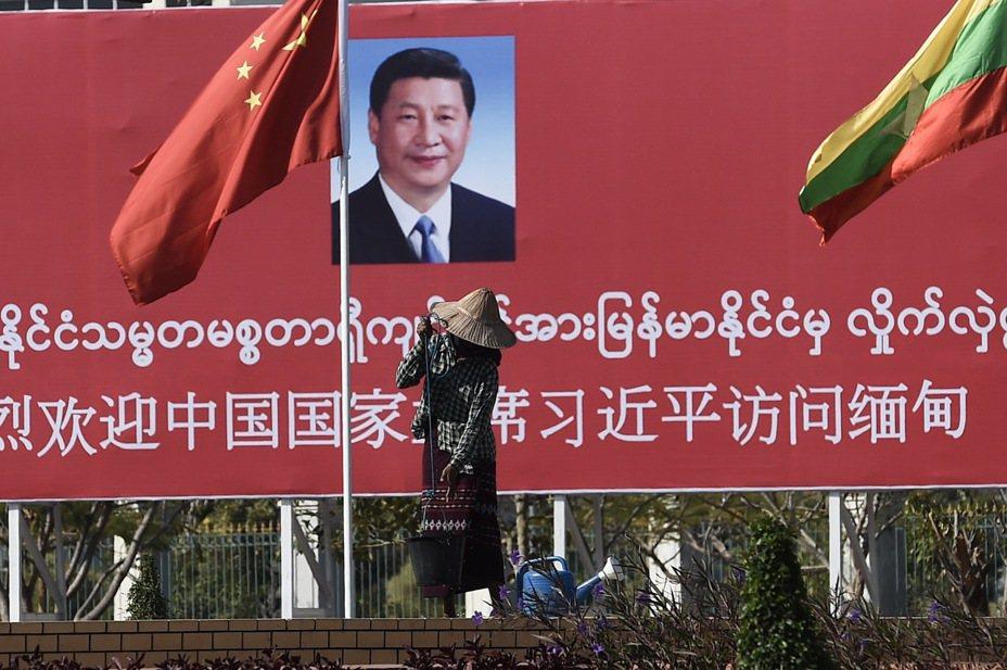 圖為奈比多街頭上懸掛的兩國國旗跟歡迎習近平的布條。法新社