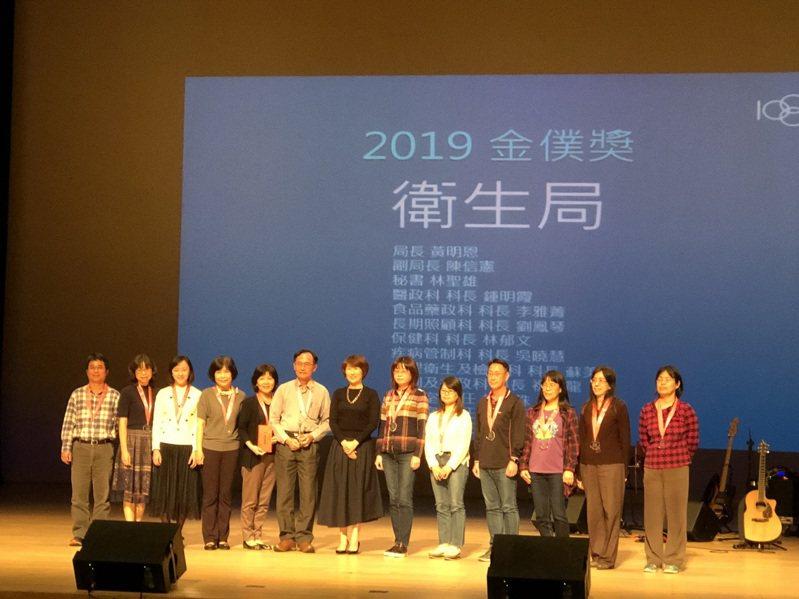 台東縣政府今晚舉辦「金僕獎」,縣長饒慶鈴(中)頒獎給獲獎單位及個人。記者尤聰光/攝影