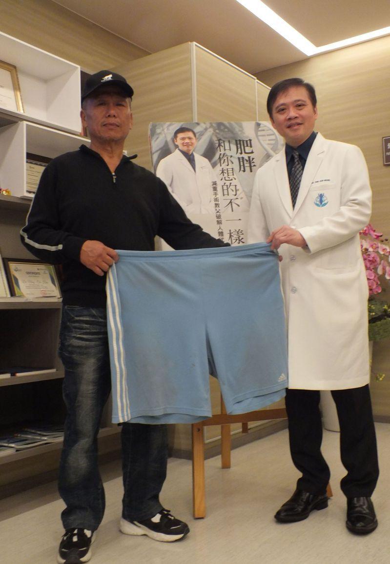 李先生近百公斤,醫師黃致錕為他進行胃縮小切除手術,減重30公斤,以前穿3XL褲子,現在一個褲管就能穿進去,右為醫師黃致錕。記者趙容萱/攝影
