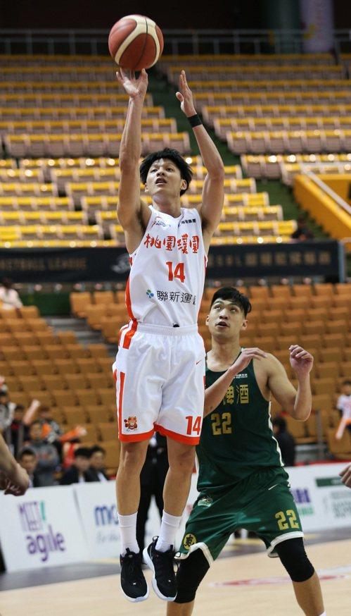 璞園隊李啟瑋(前)。圖/中華籃球協會提供