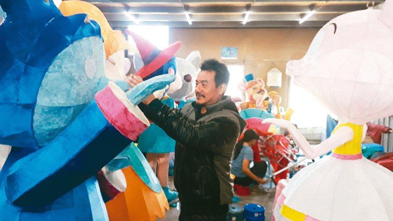 「2020台灣燈會」創意副燈「爵士好鼠喜迎親」由藍永旗設計,製作團隊日夜趕工預計10天完成。 記者周宗禎/攝影