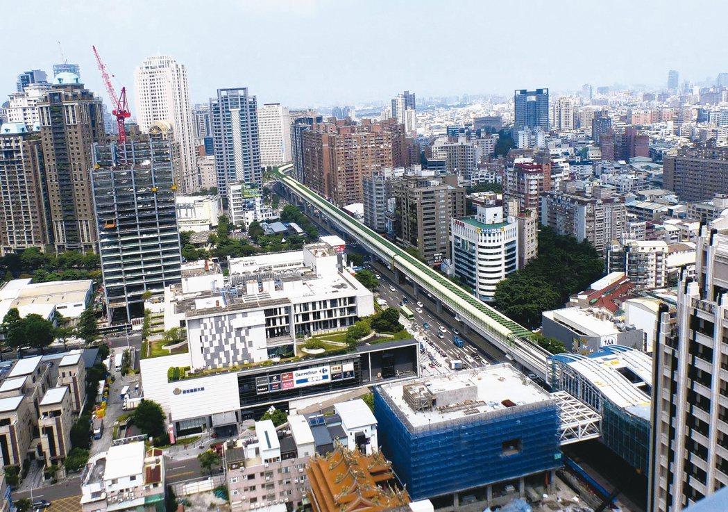 台中捷運綠線預計今年底通車,帶動房地產蓬勃推案。 記者趙容萱/攝影