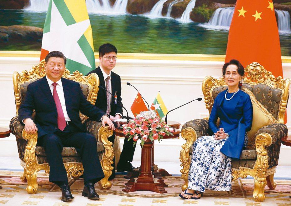 大陸國家主席習近平(左)十七日在緬甸總統府與國務資政翁山蘇姬(右)會談。 (歐新社)