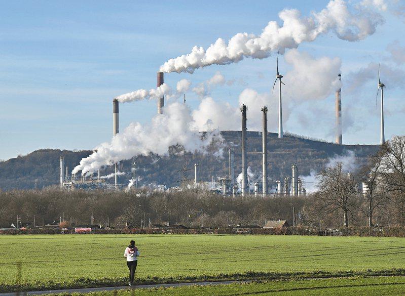 德國政府十六日宣布,將在二○三八年之前停止燃煤發電,圖為蓋爾森基興的燃煤電廠。 (美聯社)