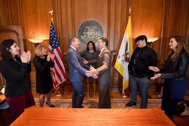 67歲的金州勇士隊總裁威爾茲(Rick Welts),日前與愛情長跑多年的同性伴侶蓋奇(Todd Gage)步上禮堂,成為職業運動史上首位成婚的同志總裁。  截圖自威爾茲推特