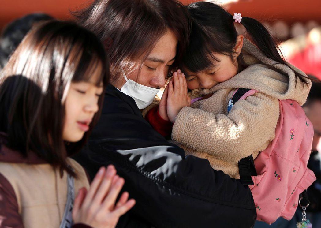 日本民眾元旦當天在明治神宮祈福。(路透)