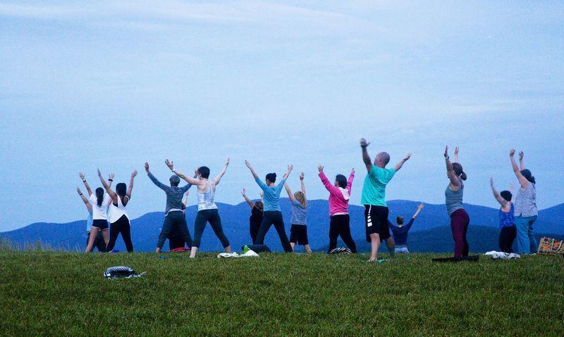 一群正在練瑜珈的人們。(美聯社)