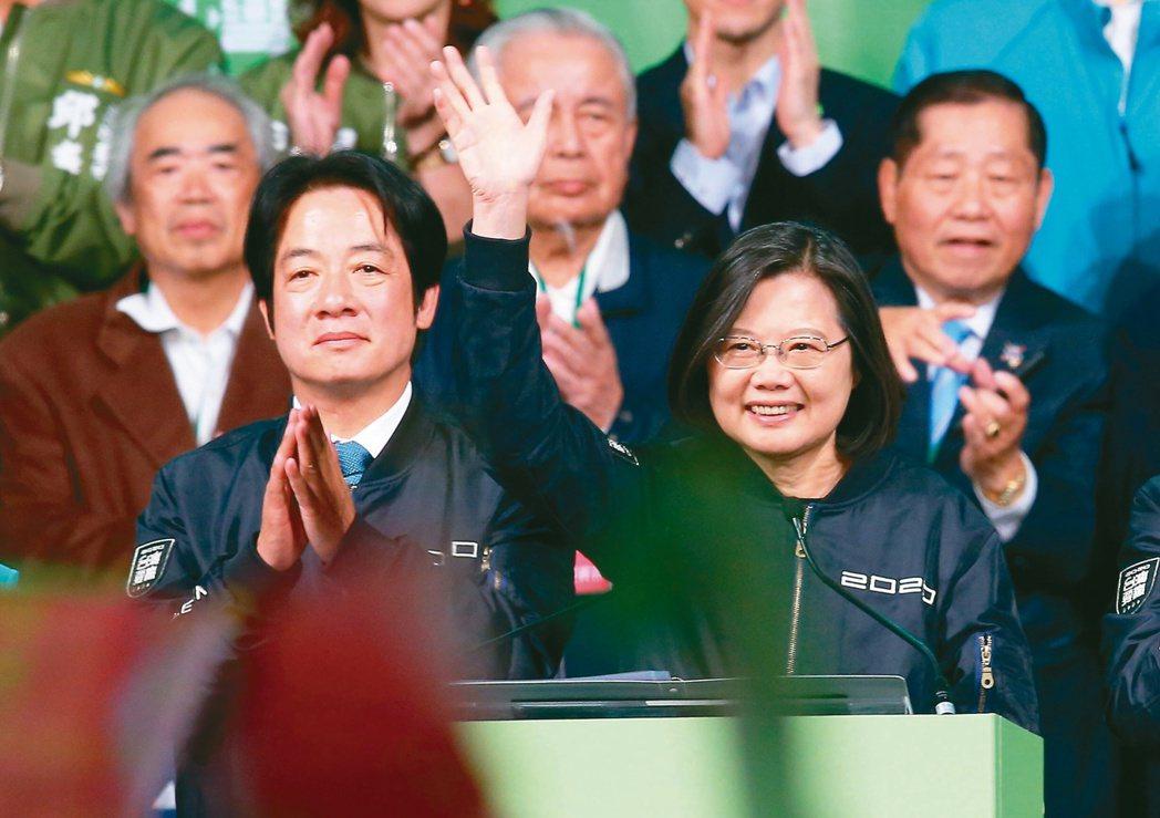 蔡英文(右)與賴清德(左)當選正、副總統,在競選總部前感謝全國民眾。蔡英文以81...
