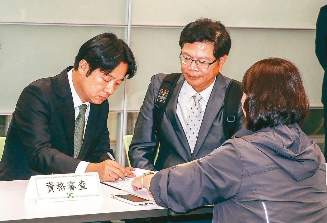 行政院前院長賴清德(左)去年3月前往民進中央黨部,正式登記參選民進黨總統提名黨內...