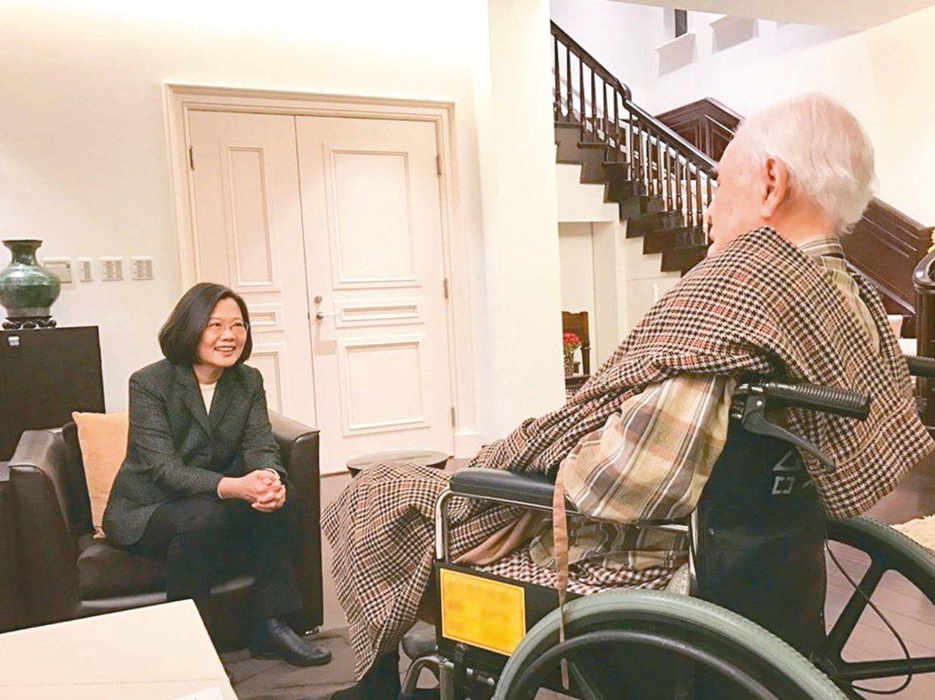 蔡英文總統(左)成功連任後,提前向前總統李登輝(右)祝壽。圖/取自蔡英文臉書
