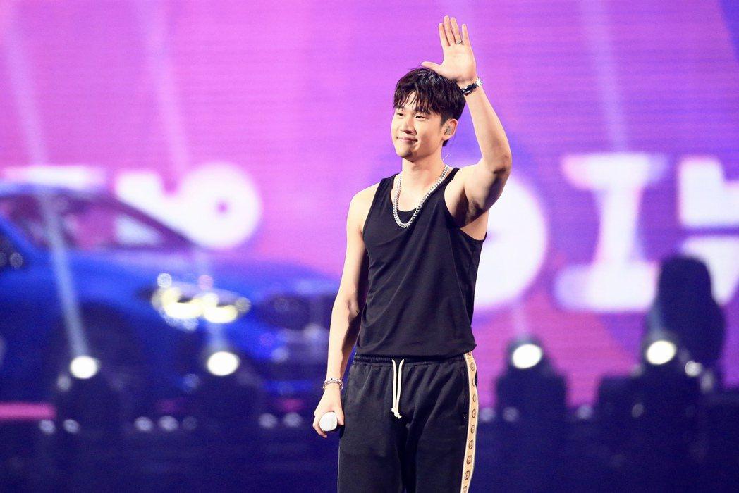 第15屆KKBOX風雲榜頒獎典禮,風雲大使周興哲演唱。記者林伯東/攝影
