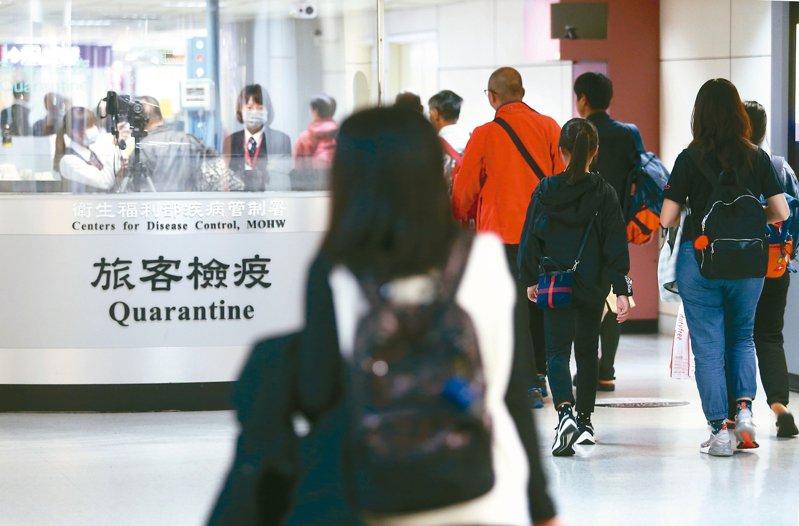 陸方今天凌晨突然發布通報,證實武漢再添四起新型冠狀病毒感染的肺炎病例。圖為桃園機場檢疫人員對入境旅客執行的檢疫作業。 圖/聯合報系資料照片