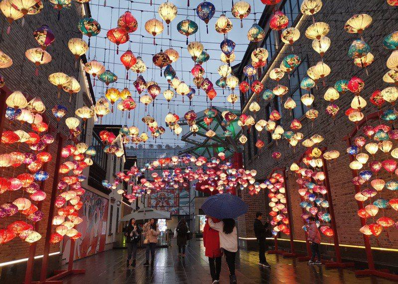 網友好奇詢問中國工作和台灣的薪資比較。圖為中國浙江杭州街頭張燈結綵迎新春。 中新社