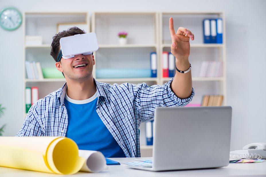 虛擬實境(VR)頭戴式顯示器(Oculus Rift)讓玩家可以更身歷其境的體驗遊戲內容。示意圖/ingimage