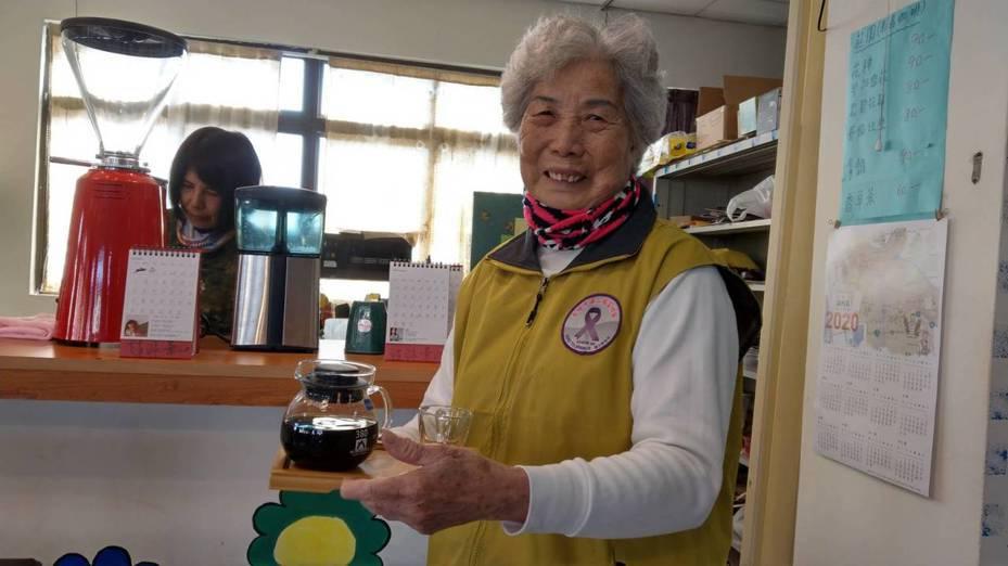 高雄旗山有一群阿嬤,原本做生意沒有任何經驗,年輕理事長陳宗卿的陪伴及訓練之下,阿嬤學得沖泡咖啡技術,也當起服務生服務遊客。圖/高雄市農業局提供