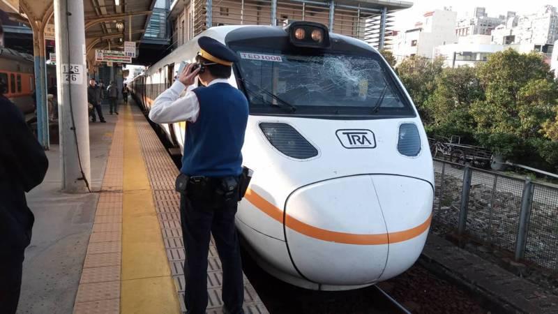 台鐵北上278次自強號太魯閣列車上午發生車窗玻璃破裂的意外,讓乘客受驚嚇。圖/讀者提供