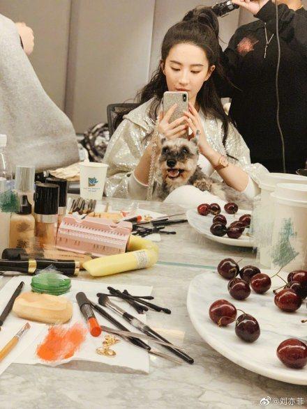 劉亦菲秀出自拍照。圖/摘自微博
