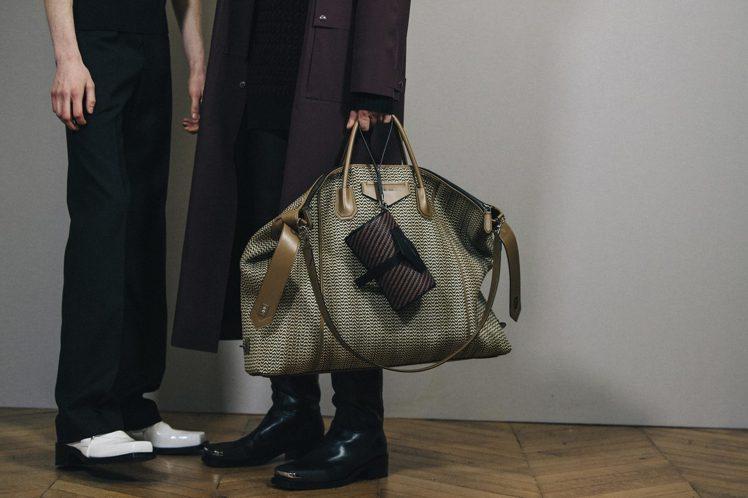 大尺寸帆布旅行袋是GIVENCHY 2020男裝配件的亮點。圖/GIVENCHY...