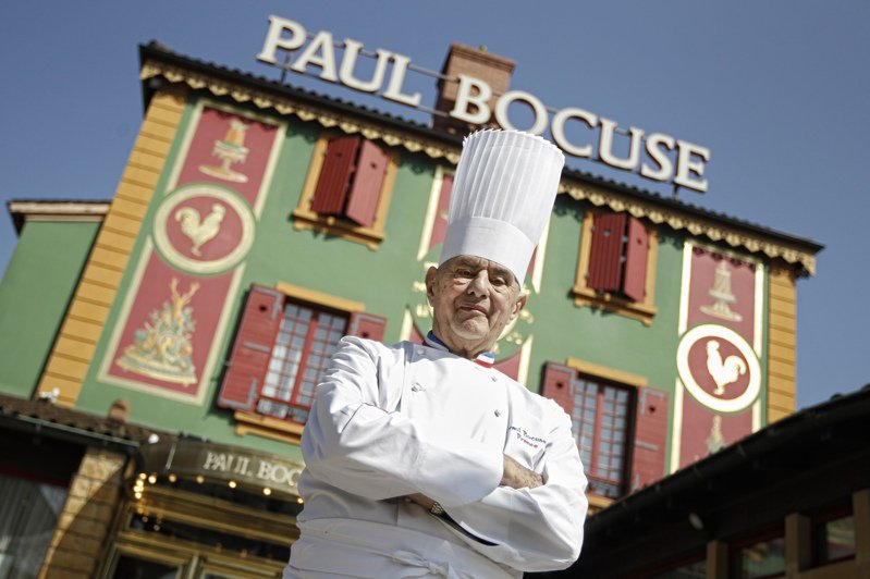 2018年去世的法國「廚神」包庫斯開在里昂郊區的旗艦餐廳被米其林指南降為二星。圖為包庫斯2011年在餐廳前留影。美聯社
