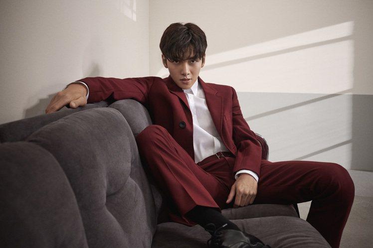 白色襯衫6,990元、暗紅色羊毛混紡腰帶長褲11,990元,紅色植絨外套價格店洽...