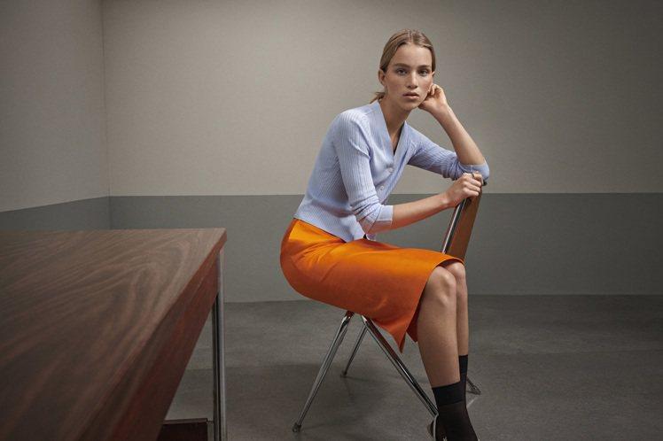 淡藍色針織開襟衫9,990元、橘色中長裙9,990元。圖/CK CALVIN K...