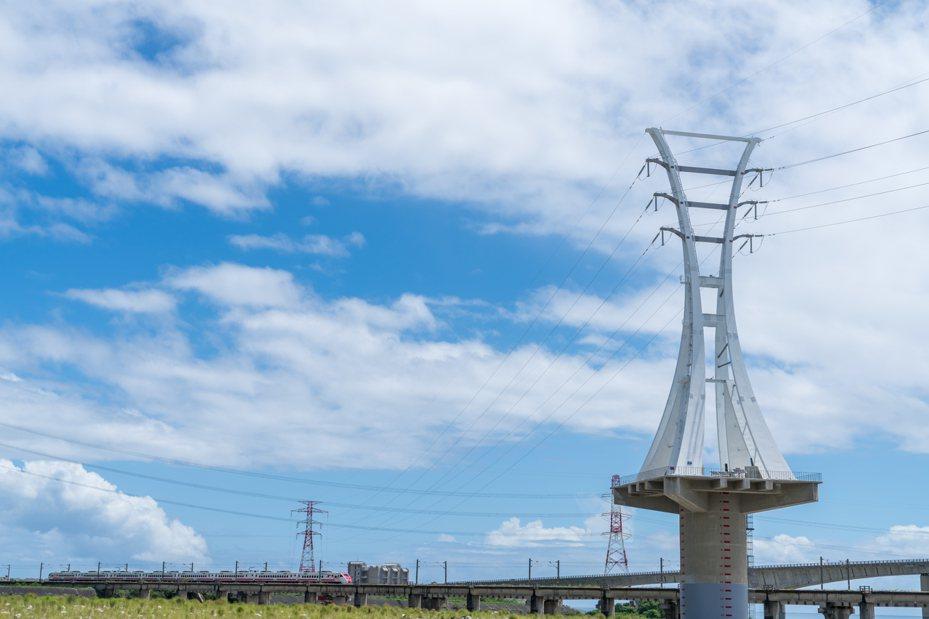 台電在蘇花改設首座造型電塔,採用全白色系,外型更以「生」古字為意象,由鋼構焊接再栓接成型,象徵台電努力提供生生不息的穩定電力。圖/台電提供