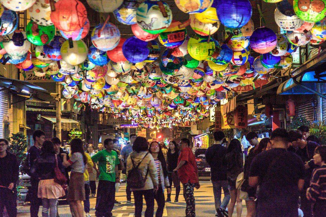 「府城普濟燈會」今年有1500顆大小朋友手繪的創意花燈,圖為去年燈會照片。圖/台...