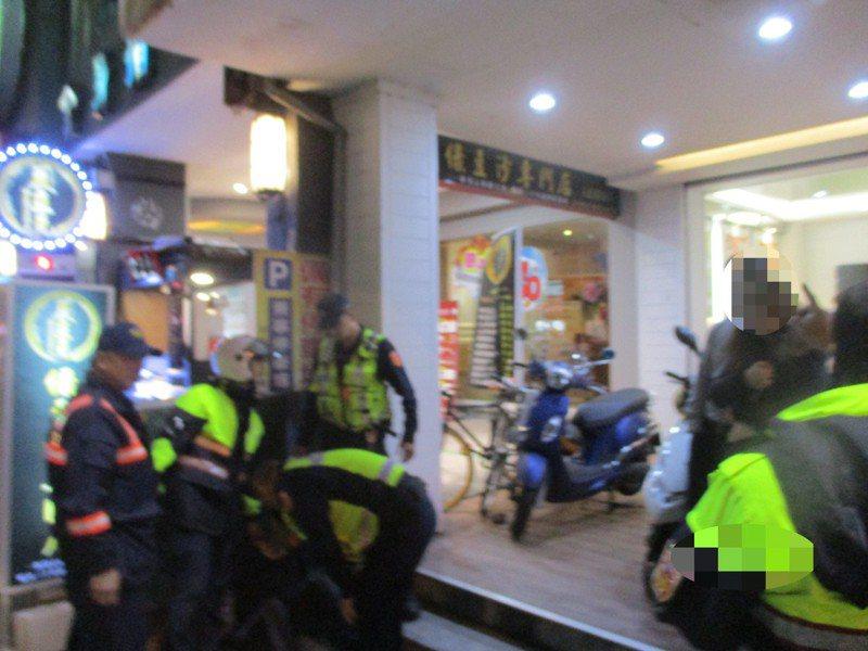 警民合力圍捕搶匪,並將其制伏在地,線上警網獲報後也迅速趕抵現場,將歹徒當場逮捕。記者邵心杰/翻攝