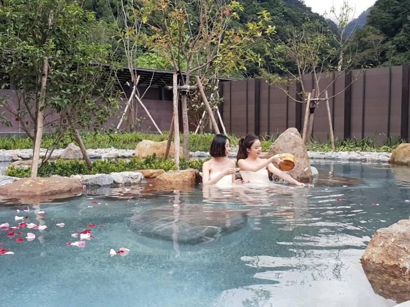 被譽為「秘境之湯」的宜蘭縣南澳鄉山區碧候溫泉,去年即由宜蘭縣政府完成建設,有個人湯屋,男女裸湯、露天spa池,就等部落會議通過,即可營運。圖/宜蘭縣政府提供